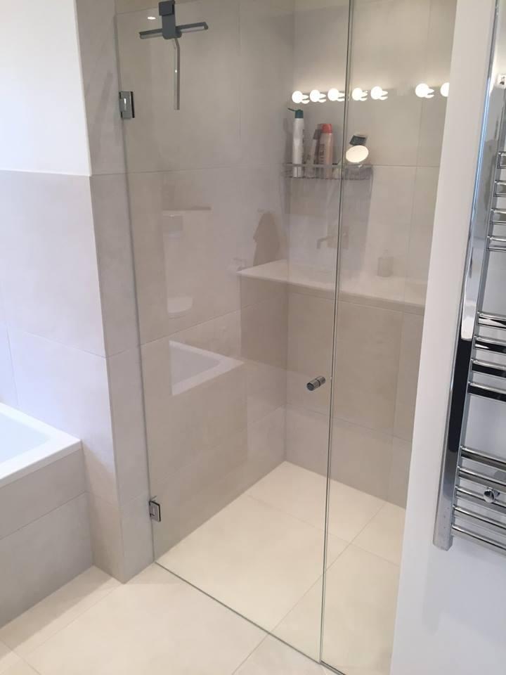 Badeværelse med bruseniche og badekar - Ecbyg