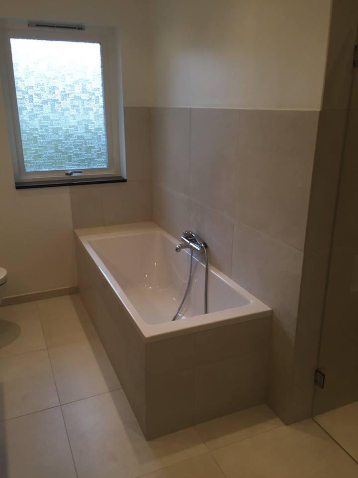 badeværelse med badekar Badeværelse med bruseniche og badekar   Ecbyg badeværelse med badekar